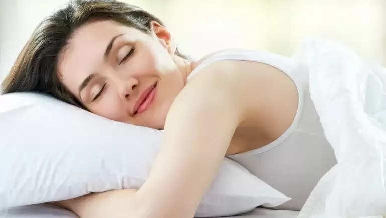 ऐसा क्यो होता है कि, सोते समय क्यों आ जाती है अचानक हंसी या मुस्कुराहट? जानिए एक्सपर्ट से इसका कारण