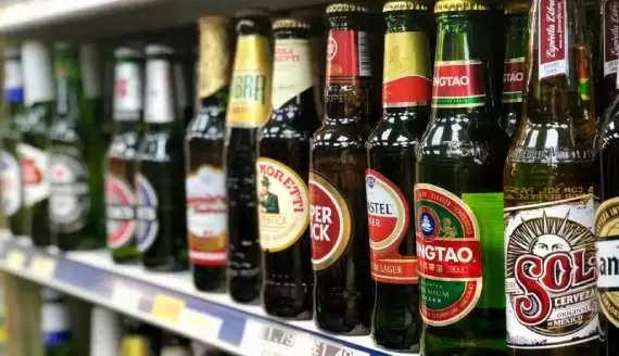 क्या आपने कभी सोचा है कि बीयर की बोतलें हरे और भूरे रंग की ही क्यों होती हैं? जानिए इसके पीछे की वजह