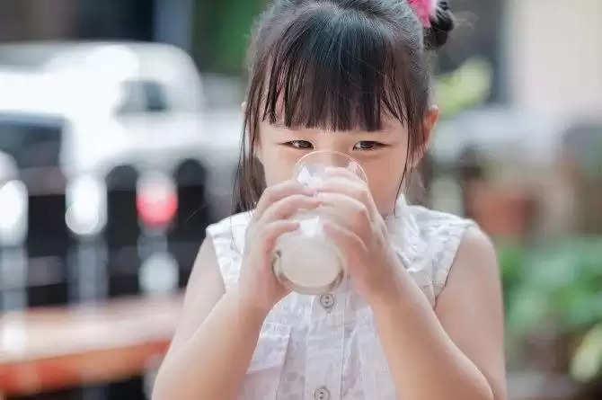 अगर आपका बच्चा दूध पीने में करता है नौटंकी, तो अपनाऐं ये दिलचस्प तरीके, हंसते हुये पी जायेगा पुरा गिलास