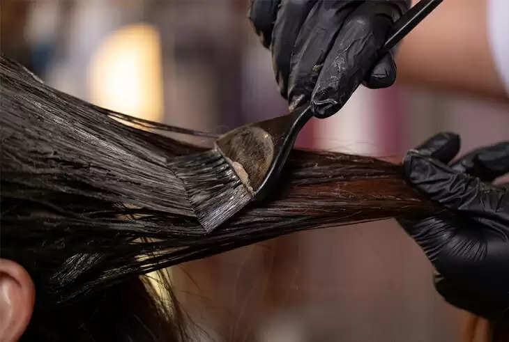 अगर आप भी लगाती है बालो में हेयर कलर जिससे होती है एलर्जी, तो घर पर ऐसे बनाकर करें ट्राई, जानिए यहां