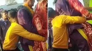 दूल्हा-दुल्हन को इस शख्स ने उठाकर जमीन पर पटका, शादी में फिर हुआ कुछ ऐसा