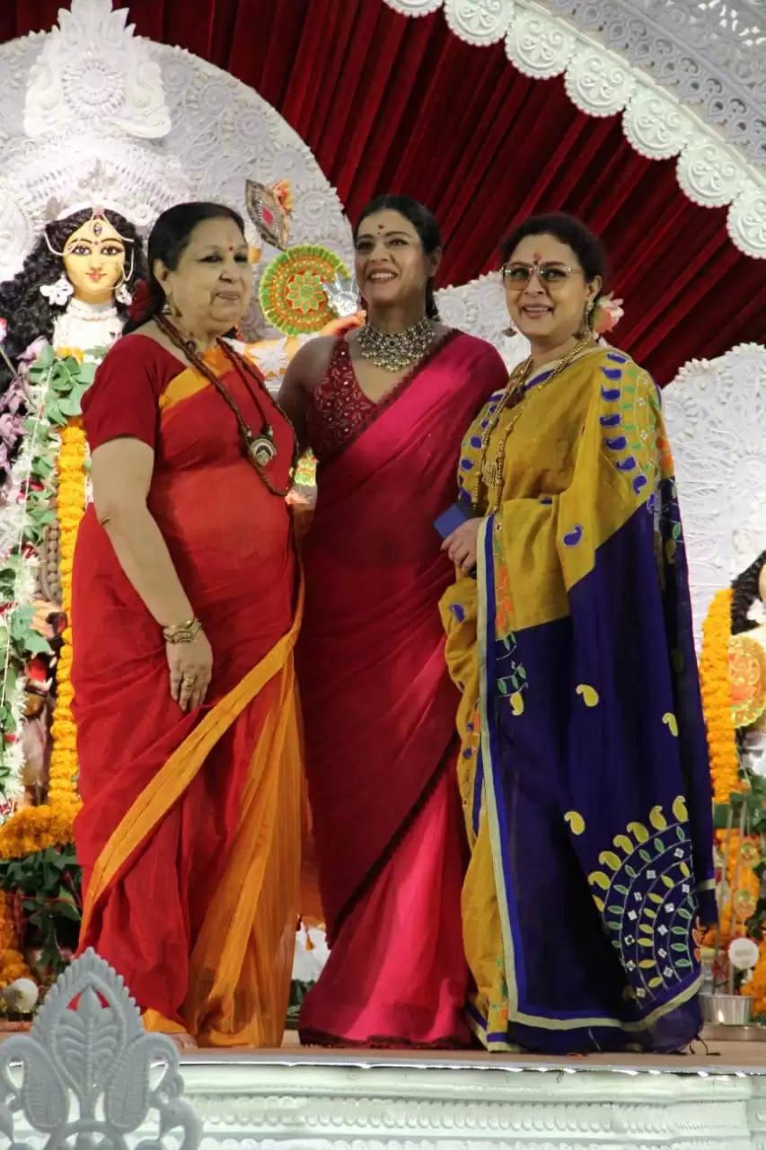 दुर्गा मां का आर्शीवाद लेने बिना मेकअप पहुंची काजोल, सुमोना चक्रवर्ती दिखी ट्रेडिशनल गेटअप में, देखें यहां