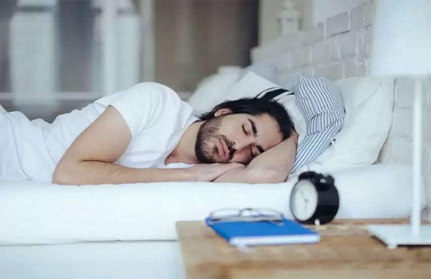 सोते समय कभी ना रखें ये चीजें सराहने के पास, टुट सकता है मुसीबतों का पहाड