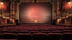 श्री राम सेंटर थिएटर प्रेमियों का स्वागत करने के लिए