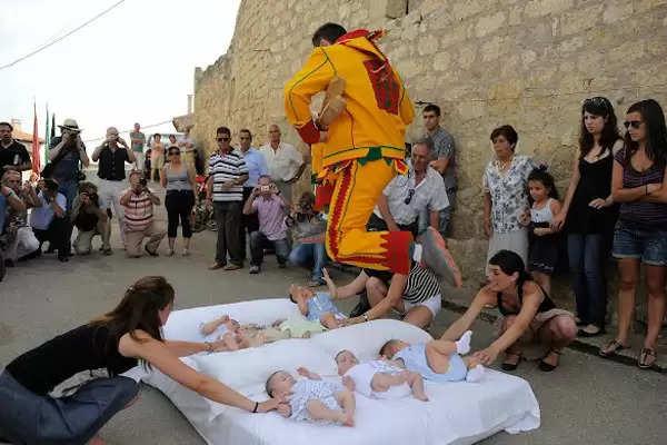 पैदा होने वाले हर बच्चें के साथ परंपरा के नाम पर यहां होता है ऐसा खतरनाक काम, जानकर उड़ जाएंगे होश